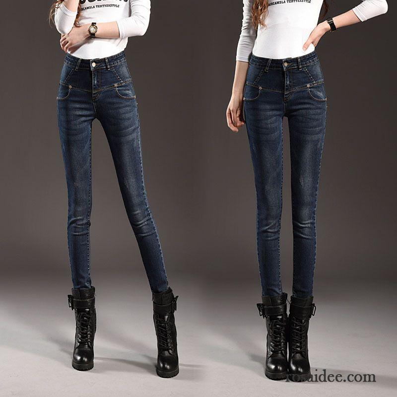 Hosen, Hosen, Hosen für Damen – wir haben die Qual der Wahl. Die Latzhosen dürfen bei den ersten Sonnenstrahlen aus dem Jeans-Sortiment gefischt werden. Weg vom Girly-Look werden diese jetzt jedoch ausschliesslich zu Pumps oder Absatz-Pantoletten getragen – bitte nicht zu niedlich! Und auch High Waist Damenhosen werden immer beliebter. Kein Wunder – sie formen eine tolle Taille und .